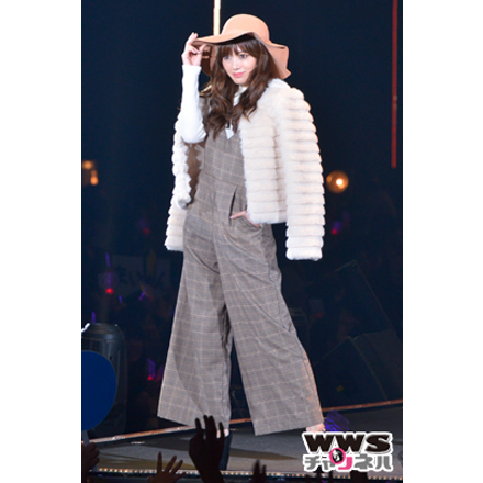 乃木坂46の白石麻衣が無邪気な笑顔を振りまき東京ガールズコレクション 2015 AUTUMN/WINTERのステージに登場!