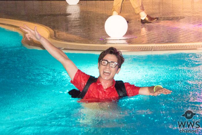 オリラジ藤森がゲリラ豪雨のナイトプールに私服でダイブ!「最高の夏にしようね〜!」