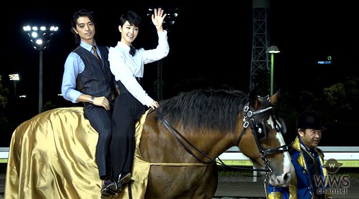 【動画】斎藤工と剛力彩芽がラブラブな2人乗り乗馬で登場!