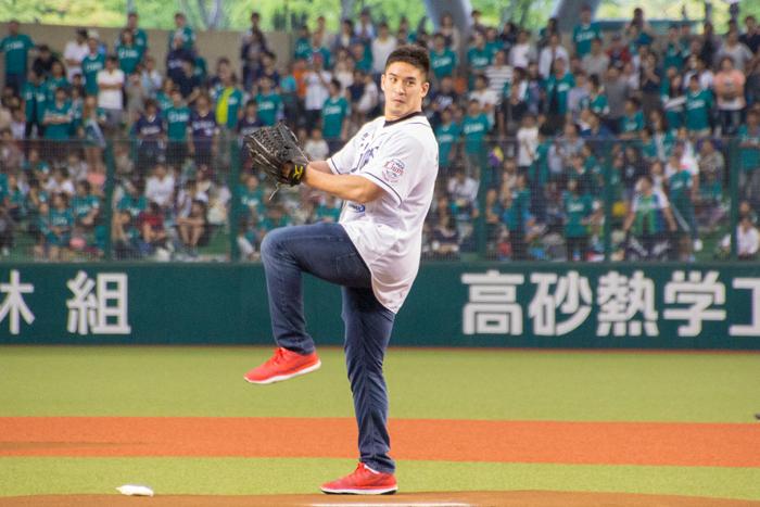 リオ五輪柔道 金メダリストのベイカー茉秋が始球式に初挑戦!熱い一球を投じる!