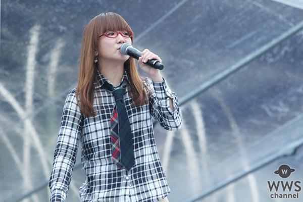 奥華子がポニーキャニオン創立50周年記念ステージに登場!悪天候を吹き飛ばし、その歌声を響かせる!