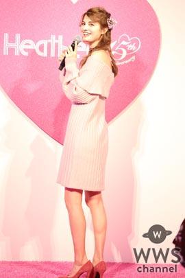 マギーがピンクのオフショルニットワンピース衣装でトークショーに登場!可愛いすぎるその姿に会場からは歓喜の声!