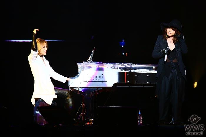 【ライブレポート】YOSHIKIとHYDEがセルフィー激写で大盛り上がり!?YOSHIKIのピアノで名曲バラードを歌うHYDEに大歓声の嵐!