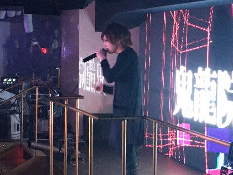 ゴールデンボンバー・鬼龍院翔がクラブイベントにサプライズ出演!ヒット曲「女々しくて」で客席に飛び込み熱狂の渦に!