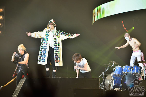 ゴールデンボンバーが今年もカウントダウン・ジャパンのトップバッターで 2016年の出来事をふんだんに取り入れたお祭り騒ぎ!