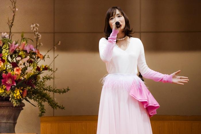 大原櫻子が卒業生へ向けた生ライブをサプライズで披露!「私はシンデレラの格好で卒業証書をもらいました」