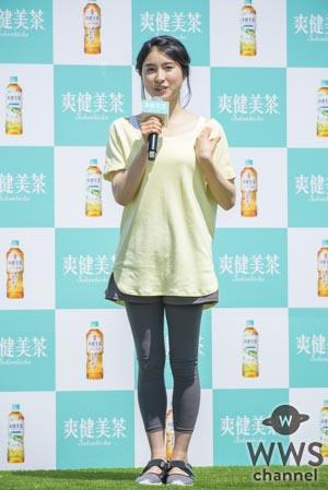 土屋太鳳が美しい健康的なポーズで新商品をPR!「爽健美茶に新しく麦茶が出たお(太鳳)」