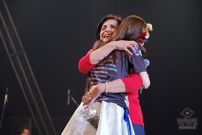 【ライブレポート】May J.、全国ツアー初日の母の日イブに実母がサプライズ登場で号泣!