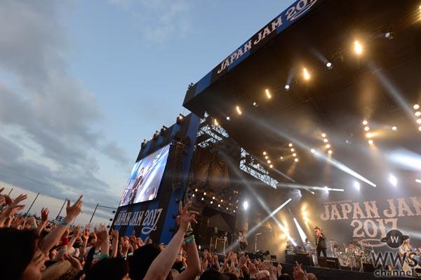 【ライブレポート】JAPAN JAMのSKY STAGEに結成30周年のスピッツが登場。懐かしのギターを手に90年代テレビ出演時の意外なエピソードを披露!