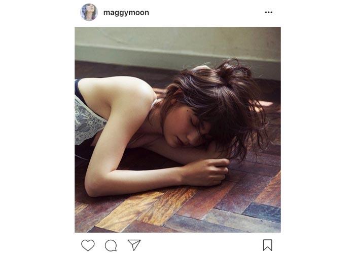 マギーがランジェリー姿で寝そべる姿に「セクシー過ぎる」「女神様みたい」と絶賛の声!