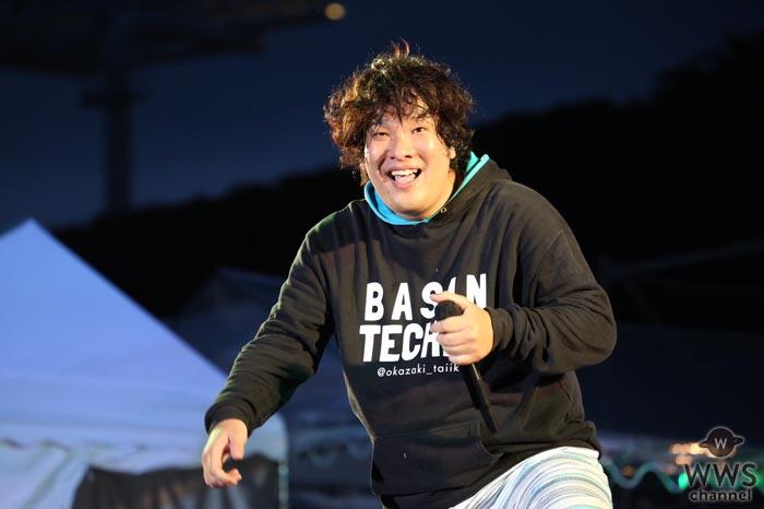 岡崎体育が神宮外苑花火大会の花火打ち上げ前の観客のテンションを一気に盛り上げる!