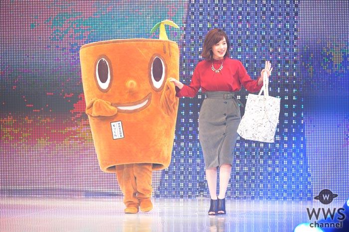 筧美和子が『神戸コレクション 2017 A/W』にダイエーキャラクターのモッくんと仲良く登場!
