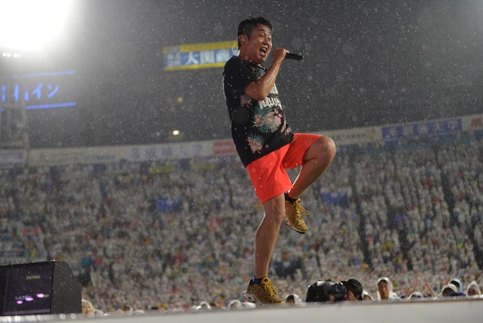 TUBE史上最大のアクシデントに直面した伝説の雷雨の横浜スタジアムライブ&緊迫のバックステージ映像を収録したBlu-ray&DVD発売決定!