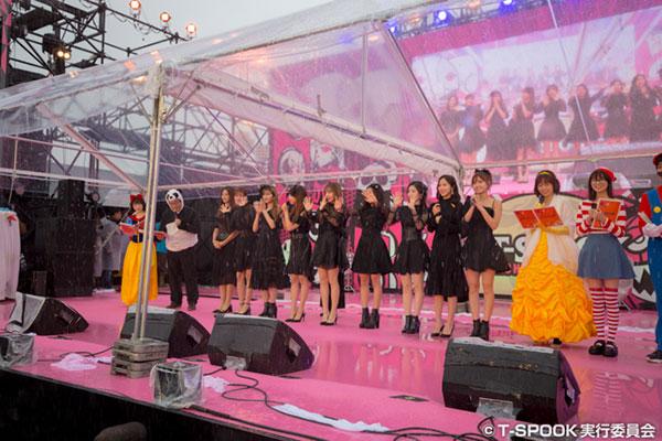 TWICEがお台場T-SPOOKに黒とピンクのコーディネートで登場!今年大ブレイクしたTTダンスで悪天候を吹き飛ばす!