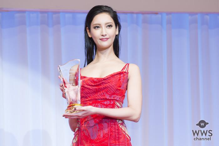 モデル・菜々緒が第29回日本日本ジュエリーべストドレッサー賞表彰式に赤色のセクシーなドレスコーデで登場!「20代最後の年にこの賞を受賞できたことをすごく光栄に思っています」