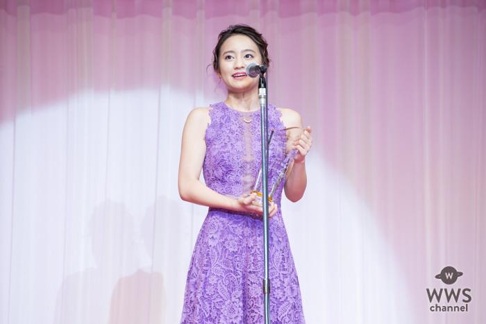 タレントの岡田結実が第29回日本ジュエリーべストドレッサー賞表彰式に紫色のロングドレス姿で登場!「あと一歩踏み出したいときとかにジュエリーを付ける」