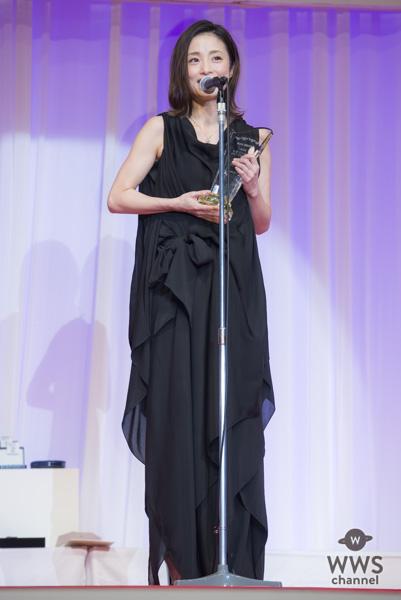 女優・上戸彩が第29回日本ジュエリーべストドレッサー賞表彰式に黒のシックなドレスコーデで登場!「今つけているジュエリーを娘がつけてくれたらいいな」