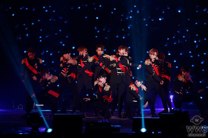 """韓国で結成された13人組ボーイズグループ""""セブチ""""ことSEVENTEEN。待望の日本デビューを発表した特別な夜に魅せた熱いステージを、4/29(日・祝)WOWOWでオンエア"""