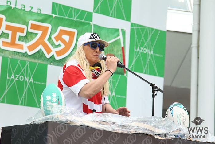DJ KOO(TRF)が激しい雨の中、ラグビーワールドカップ2019イベントで盛り上げる!「EZ DO DANCE」「survival dAnce 〜no no cry more〜」などヒット曲を連発!