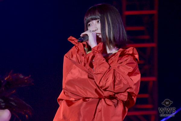 東京ストリートコレクション、吉田凜音、赤リップと赤ストリートファッションでキュートに熱唱! パンチのあるラップを繰り広げた17歳の圧巻のステージ!