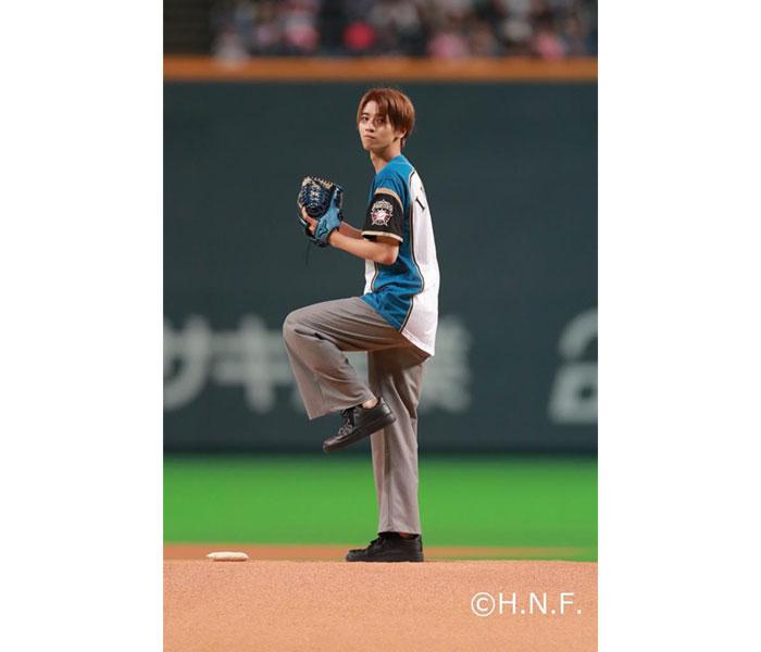 俳優・飯島寛騎が札幌ドームで初の始球式に登場!「ファイターズの始球式でマウンドに立つ夢がかないました!」と歓喜!!
