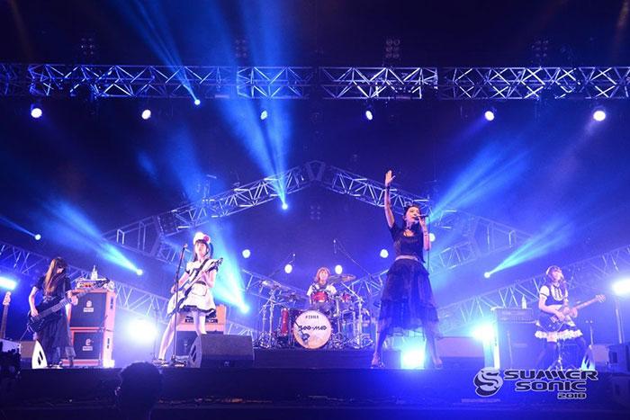 【サマーソニック レポート】メイド姿の5人組ガールズロック・バンド、BAND-MAIDが、2年連続出演のサマソニで魅せた、ハードロック6連発!「ようこそバンドメイドのお給仕へ!」