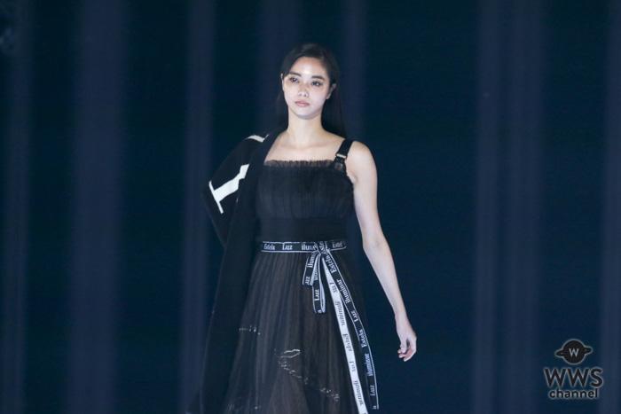 新川優愛、色気たっぷりオールブラックコーデをお披露目!たクールな表情でオーディエンスを魅了!<東京ガールズコレクション2018 A/W>
