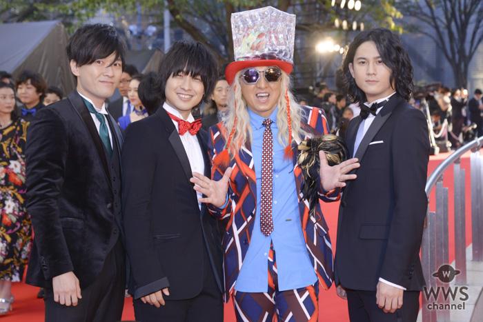 DJ KOOがド派手な衣装で東京国際映画祭のレッドカーペットに登場!