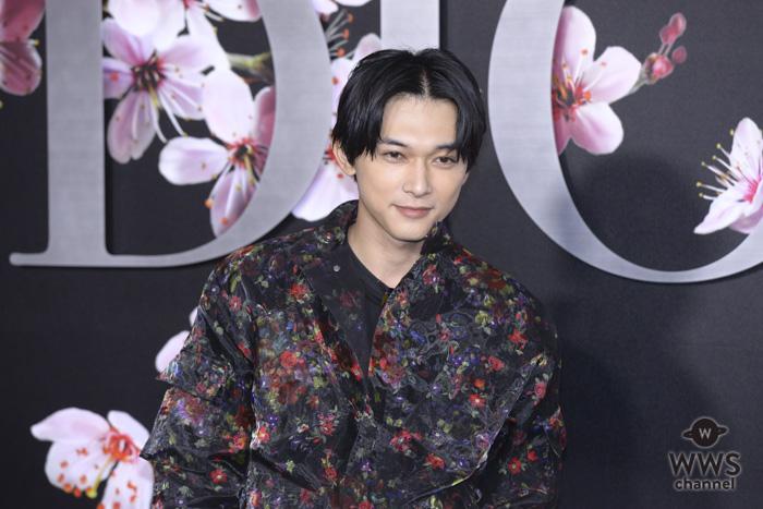 俳優・吉沢亮、花柄のレースジャケットを纏いDIOR(ディオール)メンズショーに登場!<ディオール メンズプレフォールショー>