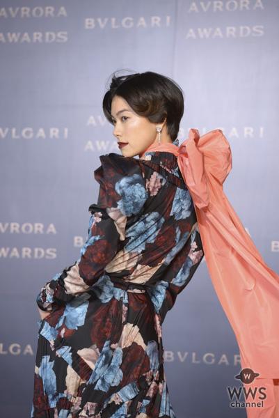 森星がシックな花柄ドレスでブルガリのゴールデンカーペットに登場!