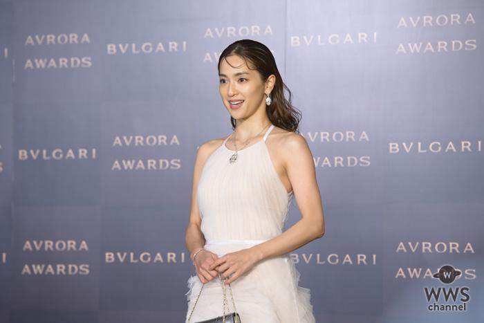 中村アンが可憐な白いドレスでブルガリのゴールデンカーペットに登場!