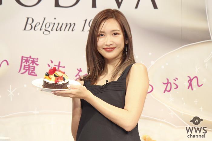 紗栄子が大きなリボンを胸にまとい、自身のバレンタイントークを展開!GODIVAのプレス発表会に登場!