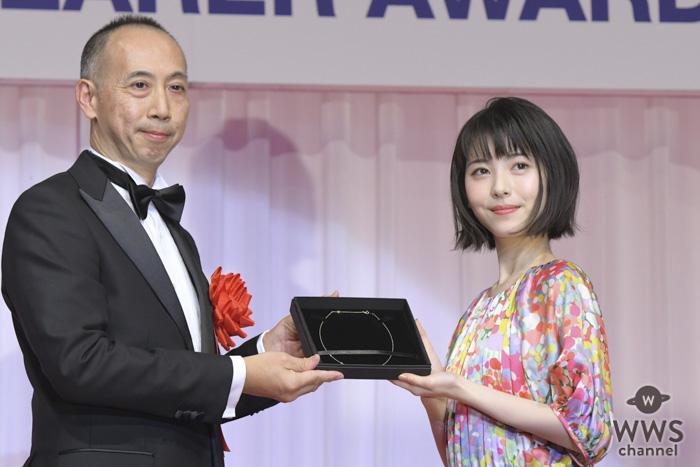 女優・浜辺美波が「第30回日本ジュエリーベストドレッサー賞」を受賞!「身も心も輝けるように頑張りたい」