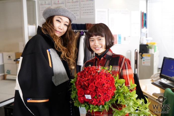 JUJU、杉咲花と共演したMステの裏話を語る。ドラマ『ハケン占い師アタル』撮影現場を陣中見舞い