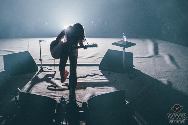 あいみょん、自身初&自身過去最大規模のワンマン日本武道館で360°観客に囲まれたセンターステージでの弾き語りライブを開催!