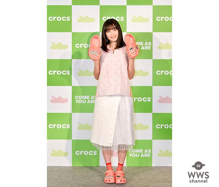 広瀬すず、クロックスのグローバルキャンペーン新アンバサダー記者発表会に春らしいピンクのクロックスを履いて登場!