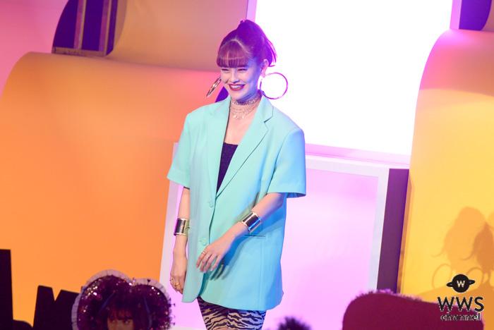 emma、アニマル柄がポイントのファッションでランウェイに登場!!