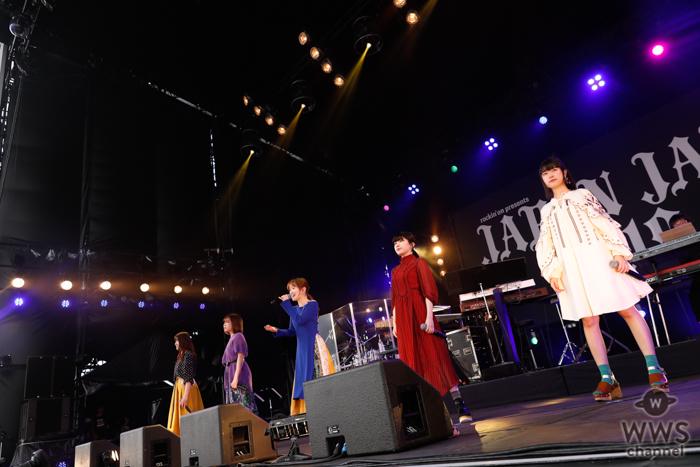 【ライブレポート】Little Glee Monsterが2年ぶりのステージで『君に届くまで』を含む8曲を天気雨の中歌い上げる<JAPAN JAM 2019>