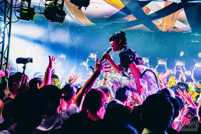 【ライブレポート】眉村ちあきがCAVE STAGEに登場!天真爛漫なキャラクターで予測不可能なライブを繰り広げる!!<VIVA LA ROCK 2019>