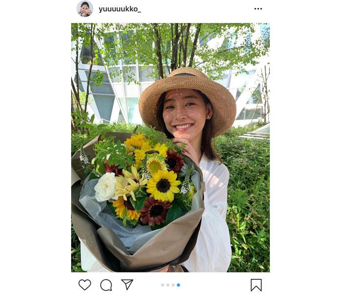 女優・新木優子が向日葵の花束を持ちクランクアップを報告!「お知らせしたいこと、、沢山あってうずうずしてますっ!!」