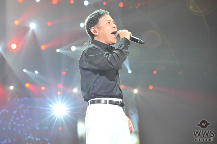 岡村隆史が今年で5年目となる「オールナイトニッポン歌謡祭」を開催!1万2500人の観客を前に白いスーツでクールにオープニングをキメる!