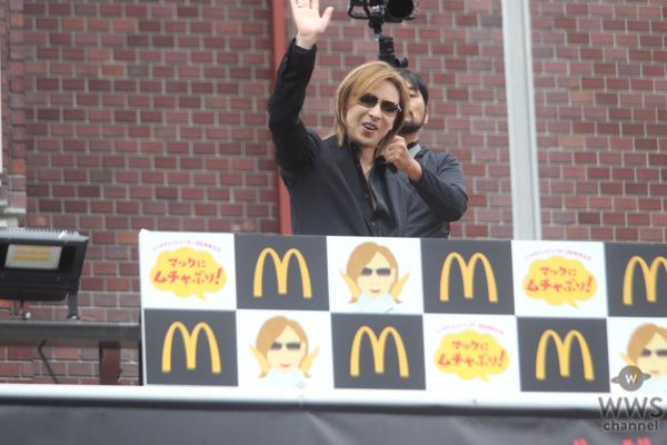 X JAPAN・YOSHIKIが新宿に登場! 「てりやきマックバーガー」にムチャぶり?!「マクドナルドの活躍にはまだまだ及ばないが僕も世界で活躍したい。」