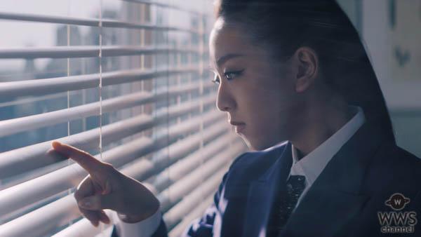 浅田真央、クールなスーツ姿でビジネスパーソンに変身