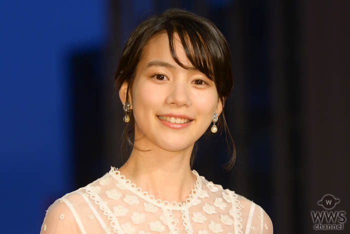 のん、パールホワイトのドレスコーデで「第32回東京国際映画祭」レッドカーペットに登場!