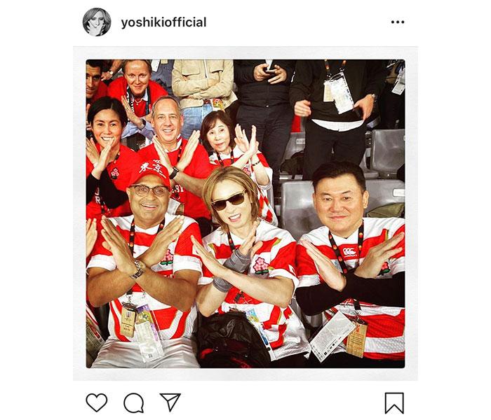 X JAPAN YOSHIKIがラグビー日本代表のユニフォーム姿でXポーズ!「楽しそうな笑顔が溜まりません」