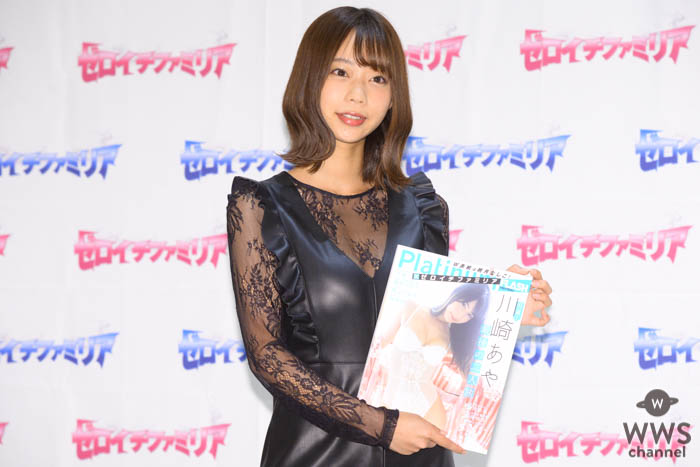 青山ひかる、シックな大人ワンピースで『Platinum FLASH×ゼロイチファミリア』発売イベントに出演