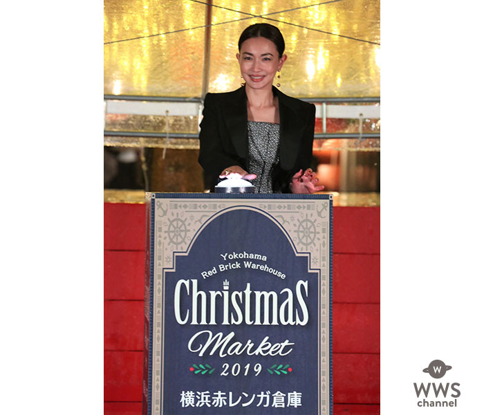 長谷川京子、横浜赤レンガ倉庫のクリスマスツリー点灯式に登場!20歳の頃の赤レンガデートの思い出を振り返る。