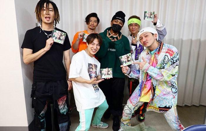 DA PUMPが三代目JSB・ELLYからサイン入りCDをもらう!「ベストヒット歌謡祭2019」で共演
