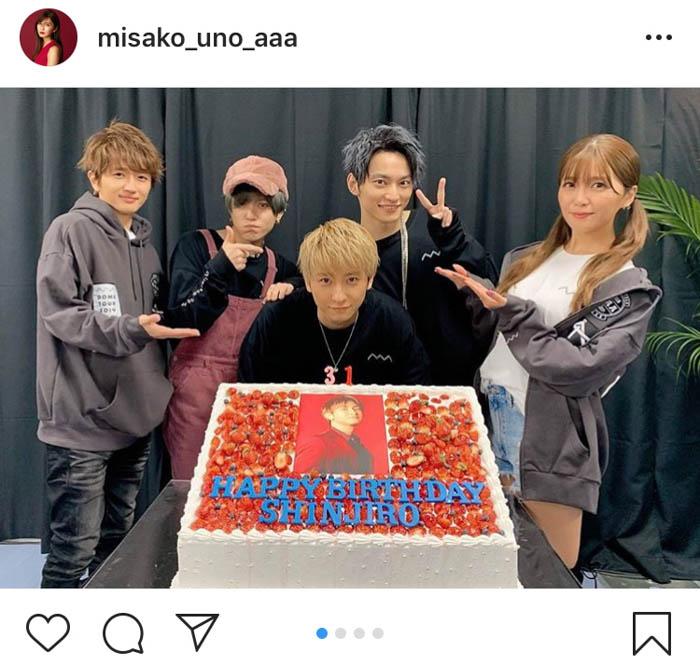 宇野実彩子がAAAメンバー全員で與真司郎の誕生日を祝う集合カット公開!ファンはツインテール姿に歓喜
