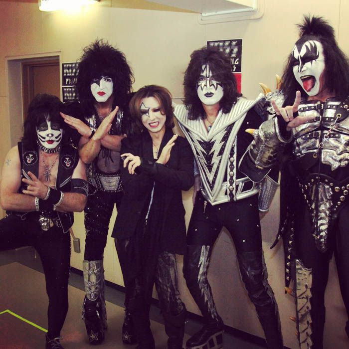 X JAPAN YOSHIKIがKISS風メイクでメンバーと集合写真を公開「俺の人生を変えたバンド!」